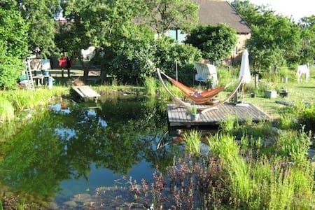 Idyllische Ferienwohnung auf Biohof - Karrenzin