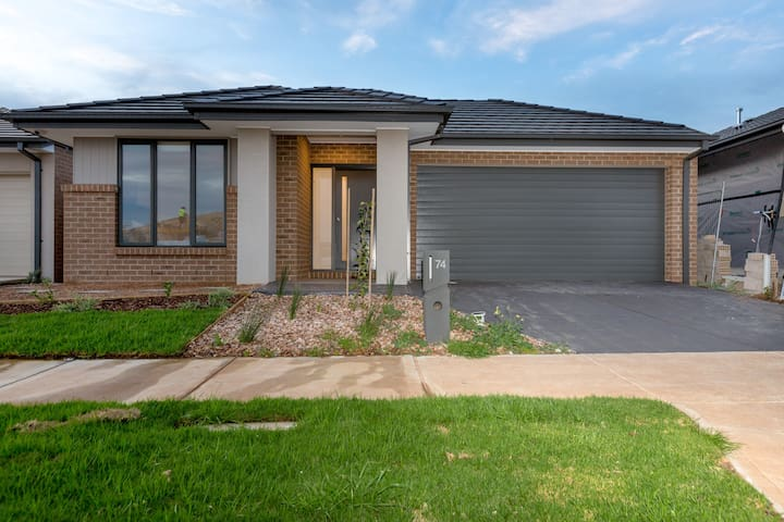 ResortStyle 4BR House with parking@Werribee