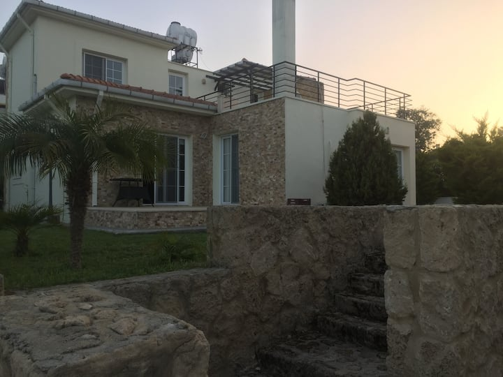 Kyrenia Villa: Central and Quiet.