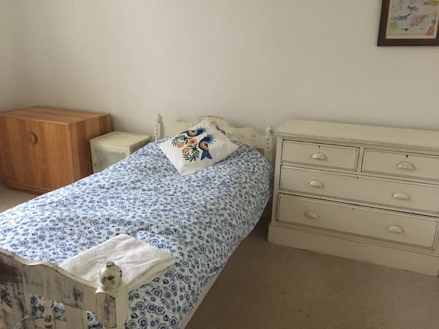 Single room with desk, nr hospital and bus routes