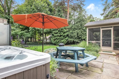 The Gardens Daisy: Relax in your private hot tub or on the screen porch after a day at Lake Michigan