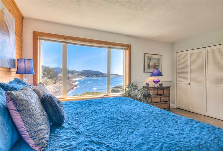Whales Song - Spectacular Oceanfront Views of Depoe Bay, Spot Whales, Walk to Town and Dining!