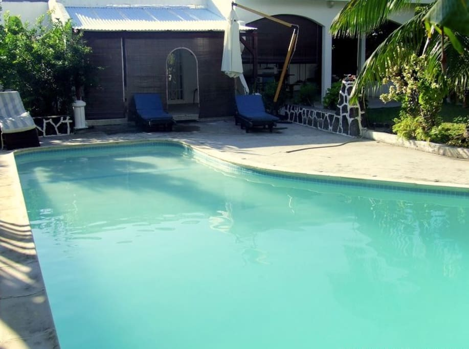 Villa avec piscine blue bay villas for rent in for Big blue piscine