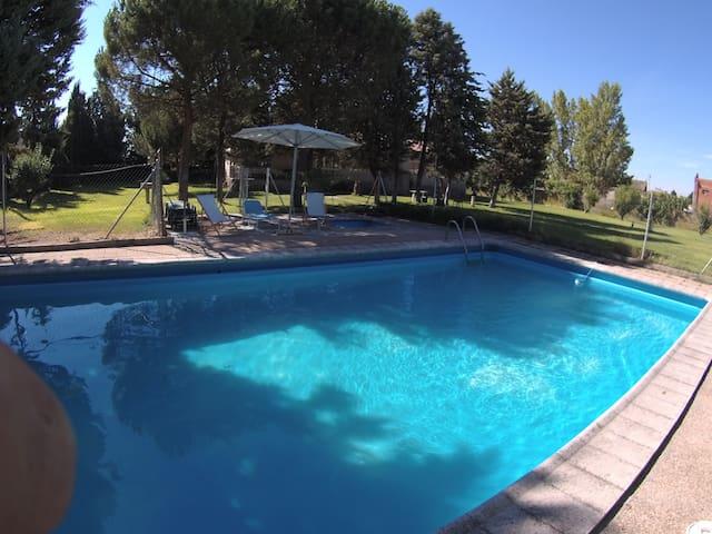 Chalet con gran jardín en Segovia. - Arroyo de Cuéllar - Chalet