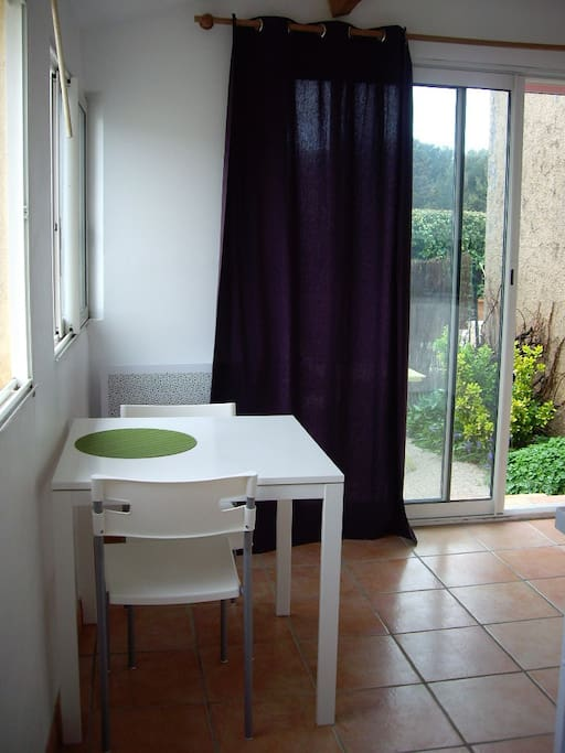 Grand studio proven al avec petit jardin houses for rent for Studio photo salon de provence