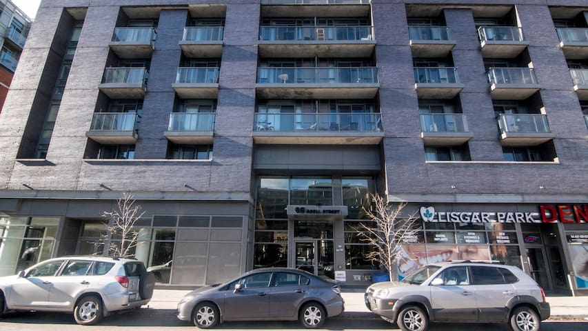 2 bedroom Condo Downtown Toronto Queen WEST