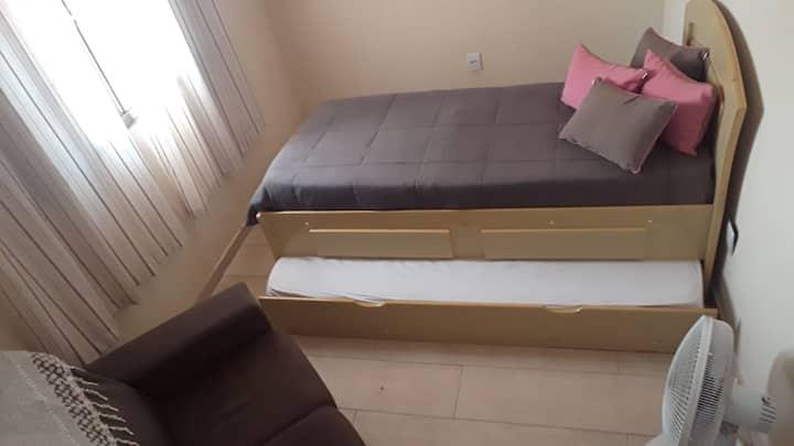 Quarto com cama dupla de Solteiro e Ventilador
