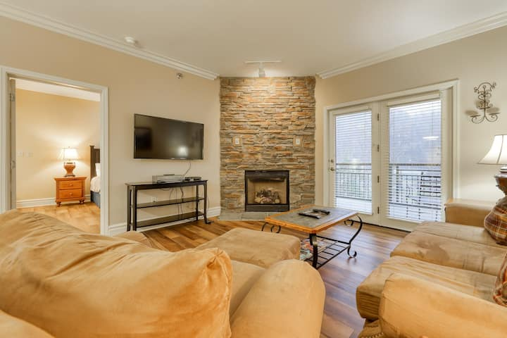 Perfectly located condo w/ jetted tub & shared hot tub, pool, gym!