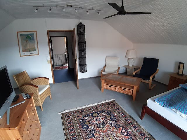 Ferienwohnung Volkmann (Karlstadt), Doppelzimmer im DG mit Balkon und kleiner Küche