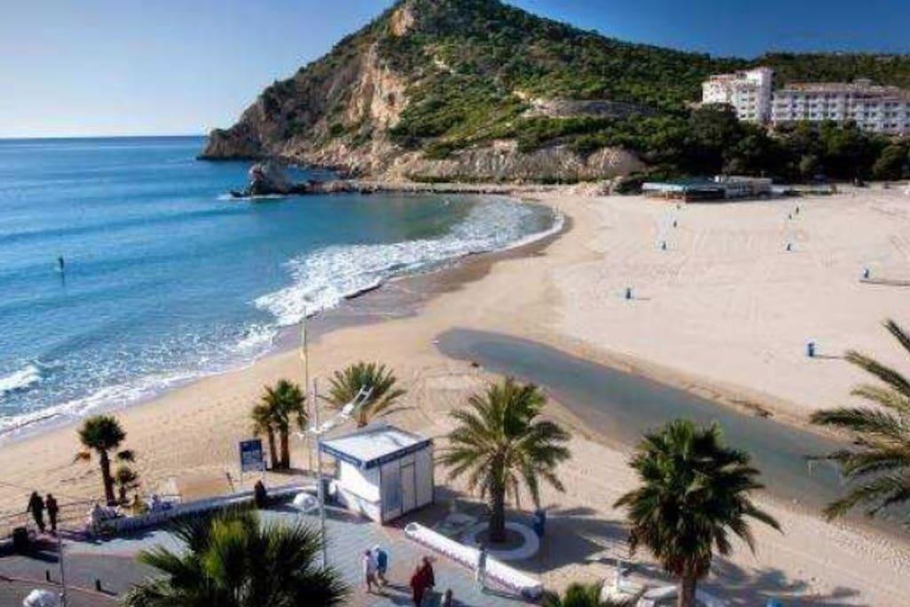 Solo a 200 metros de esta preciosa playa , cala de Finestrat , rodeada de Restaurantes a la carta y Menu, enfrente hay atracciones para niños , Mimi coches de choque , colchonetas elásticas , y más