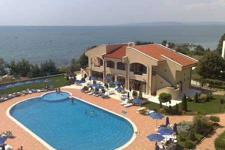 55 kvm med panoramaudsigt og pool - Kavarna