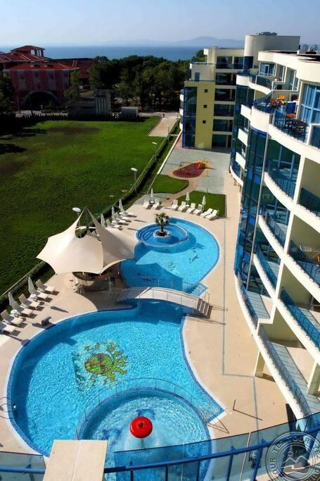 вид на отель и море