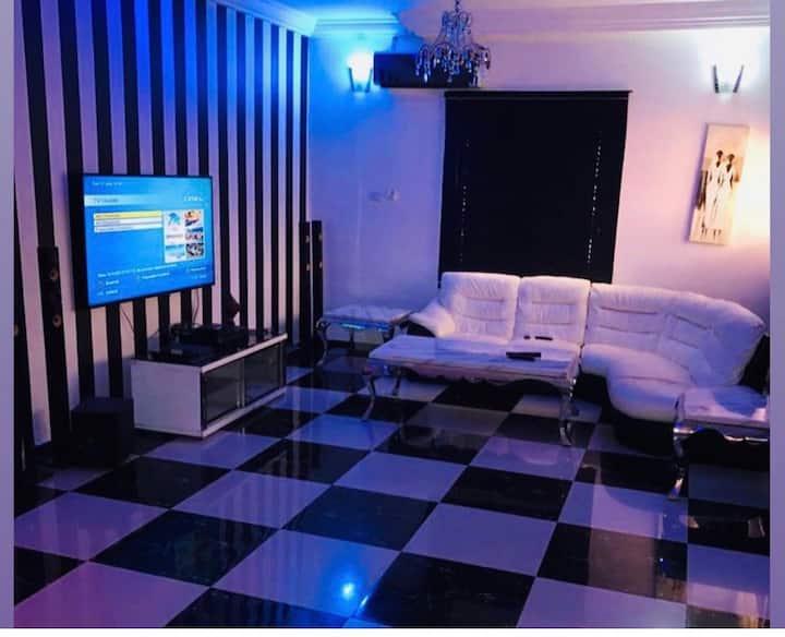 Private en-suite room in Gwaripa extension