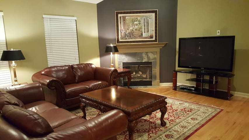 Derby- Private Room 2 guests.  Extra rooms avail - Louisville - House