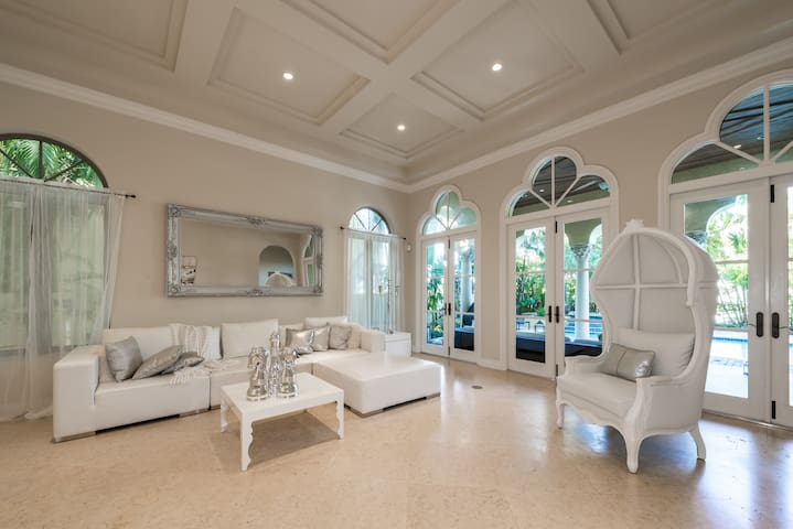 Mansion in the heart of Aventura