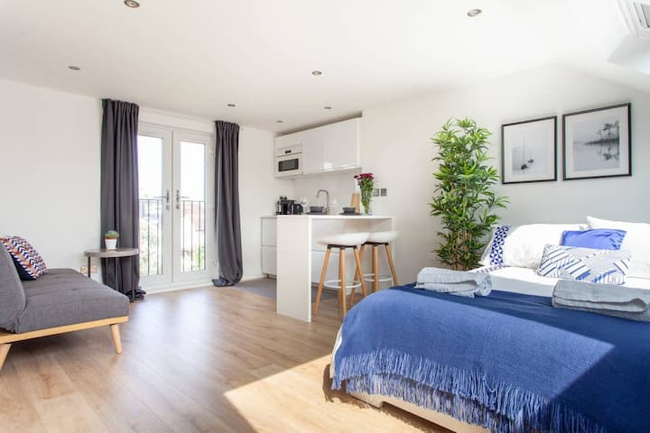 Bright & Spacious Room with Kitchenette. Richmond