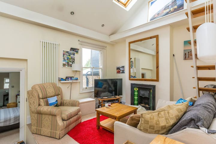 Entire 2 Bedroom Home in Chiswick, West London