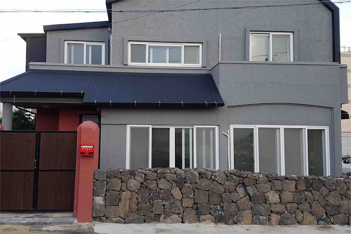 A beautiful family house of Hamdeok beach in Jeju