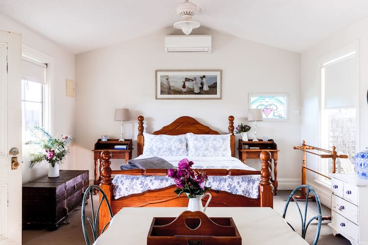 Woodcutters Romantic Cottage for 2