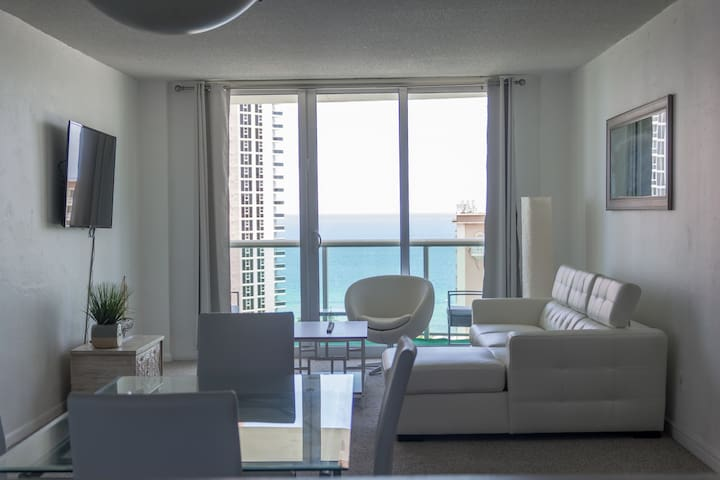 OCEANFRONT HUGE COZY APARTMENT NEAR BEACH & MALL!