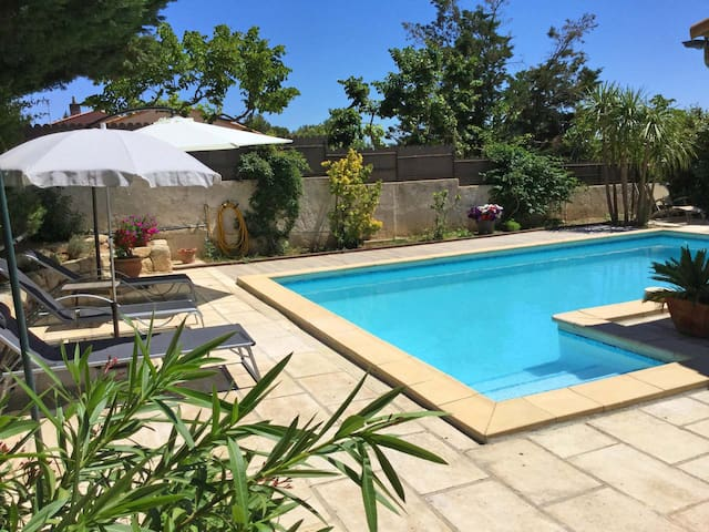 Charming house with private pool in the heart of the Alpilles, in Maussane, sleeps 5.