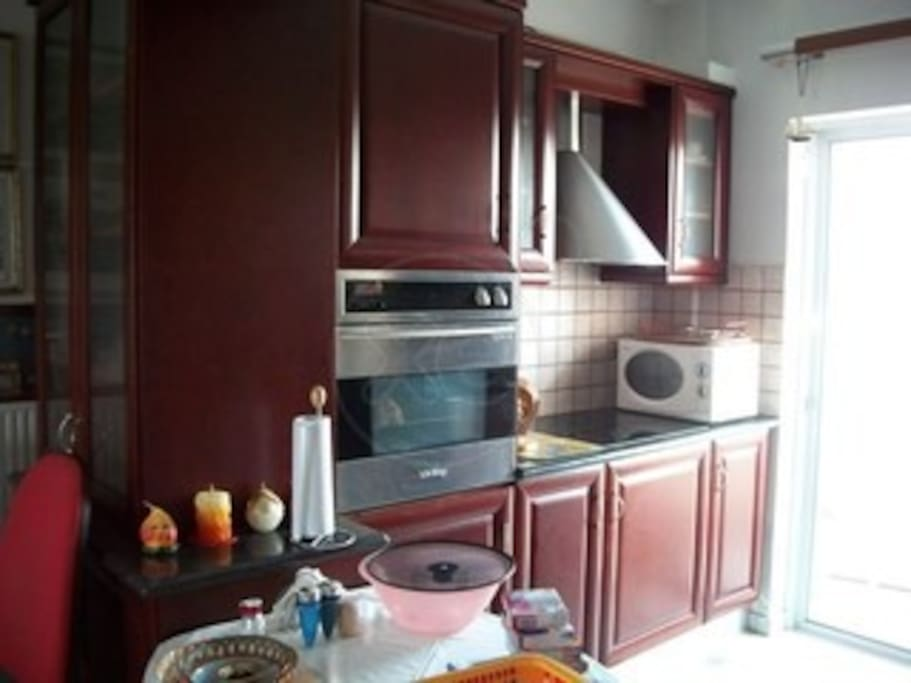 Κουζίνα εντοιχισμένη, φούρνος μικροκυμμάτων και εντοιχισμένο πληντύριο ρούχων