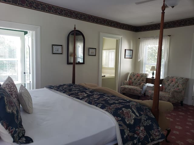 Queen Anne Suite - Pecan Tree Inn