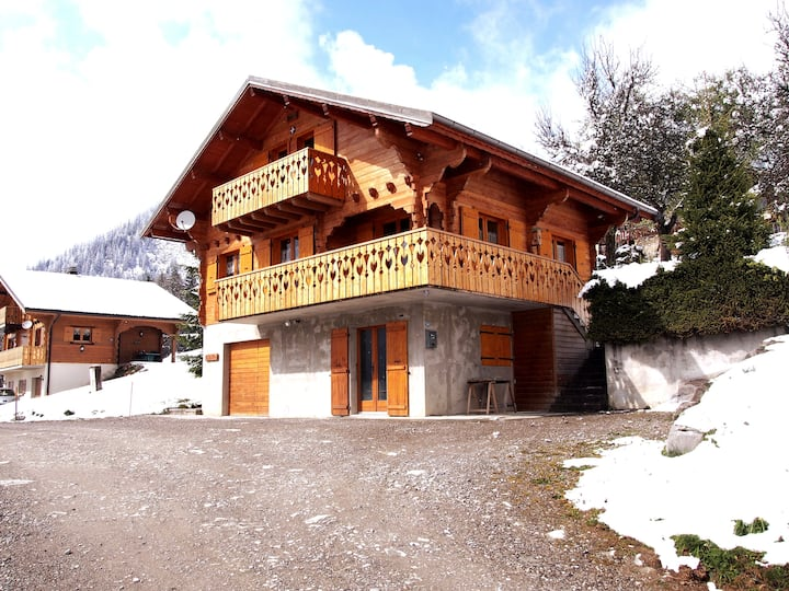Chalet sleeps 9 in Petit Châtel ★ close to lift
