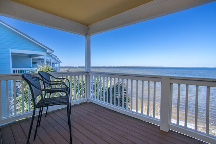 Sea Breeze: Beautiful Waterfront Unit with Kayaks!
