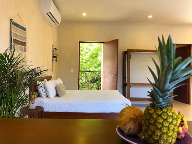 Cama queen con balcón privado / Queen size bed with private balcony
