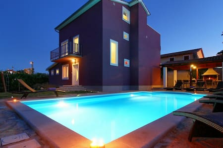 Elegant villa with pool close to  Novigrad - Novigrad - Villa