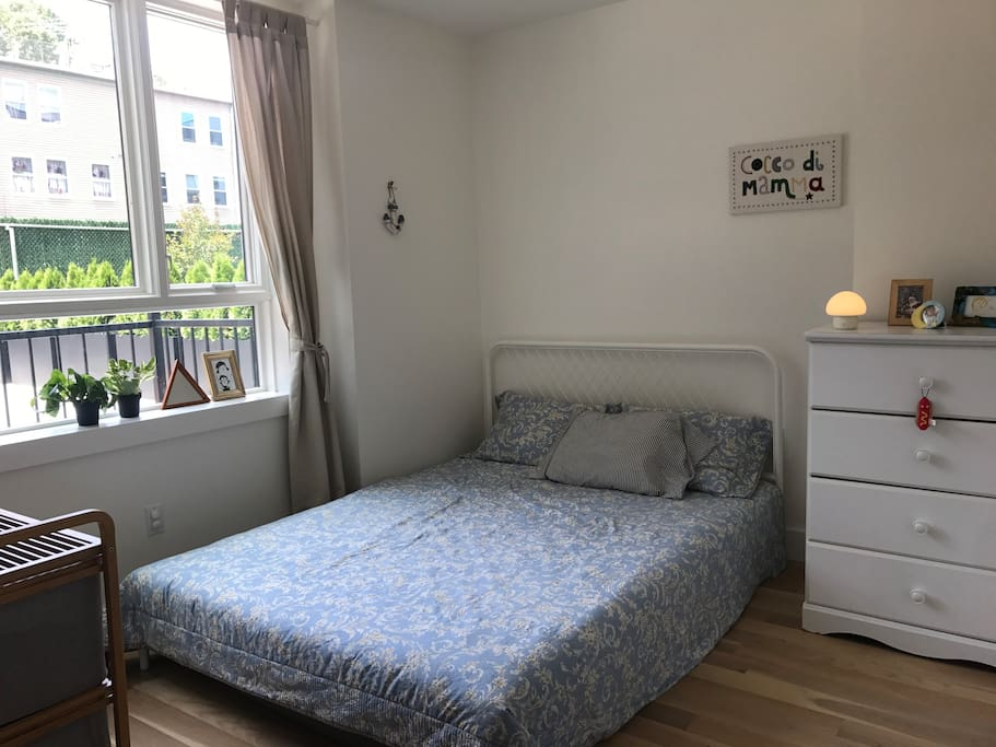 Bedroom 1- Queen size bed