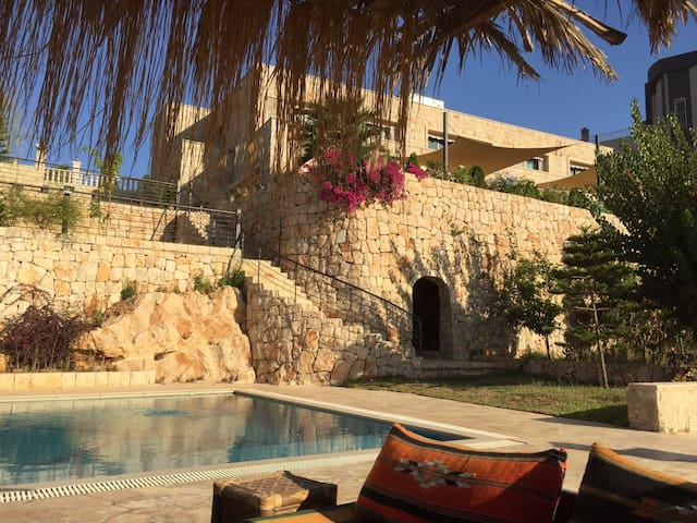 Mountain villa with pool 45 mn from Beirut