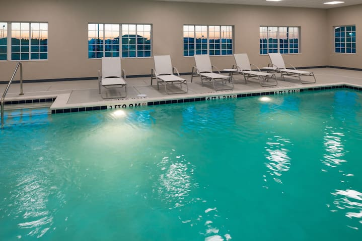 Free Breakfast. Pool. Gym. Close to Maxey Park Zoo!