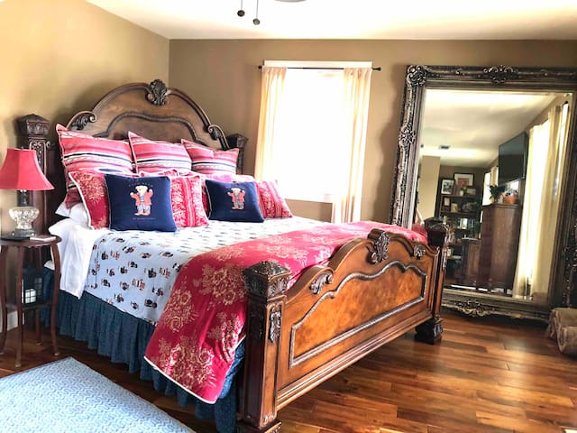 """Beautiful designer bedding, ready for summer, on a comfy Kingsize bed that will cradle you to sleep.   An antique floor length mirror to admire your views and bring outside ambience inside.   Teak floors are """"stunning"""".  Cozy and clean."""