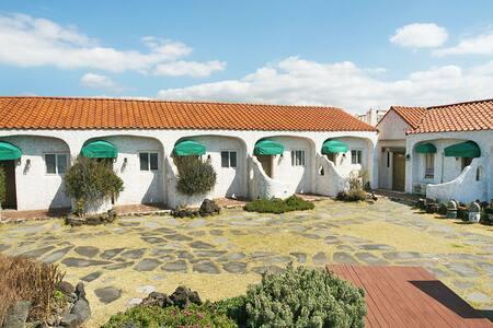 코지하우스-다섯개중 네번째방-지중해풍의 전망 좋은 집 - Hallim-eub, Cheju - Hus