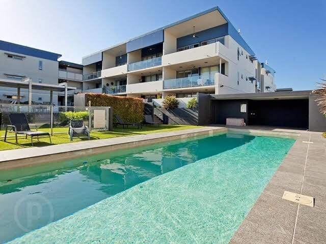 Sunny Apartment in heart of Bulimba (with dog)