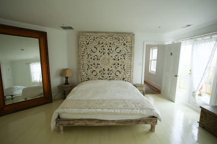 Casa Om Potomac Room 8
