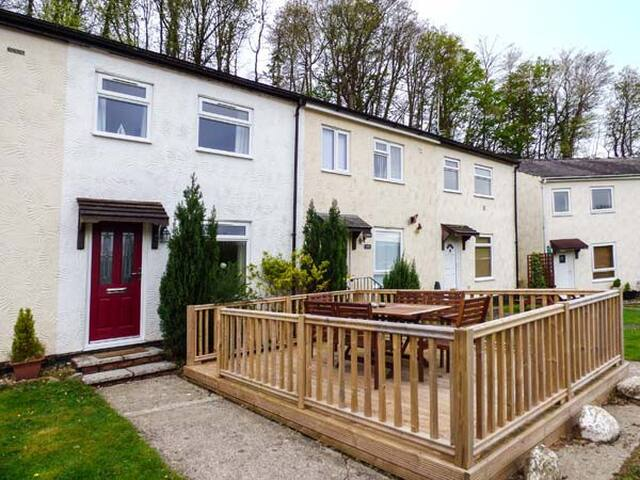 EIRLYS, pet friendly, country holiday cottage in Caeathro, Ref 953590