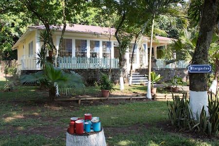 Casa de Campo con amplios jardines cerca del IRTRA - San Martín Zapotitlán - Alpehytte