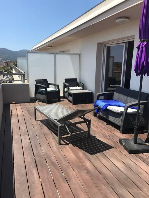 Immense terrasse de 30 m2 avec salon de jardin. Et transat