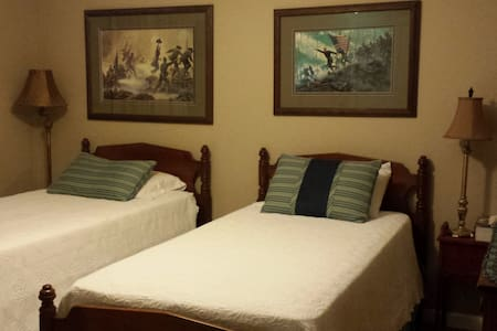 Cozy, Friendly Guest Room - Hendersonville