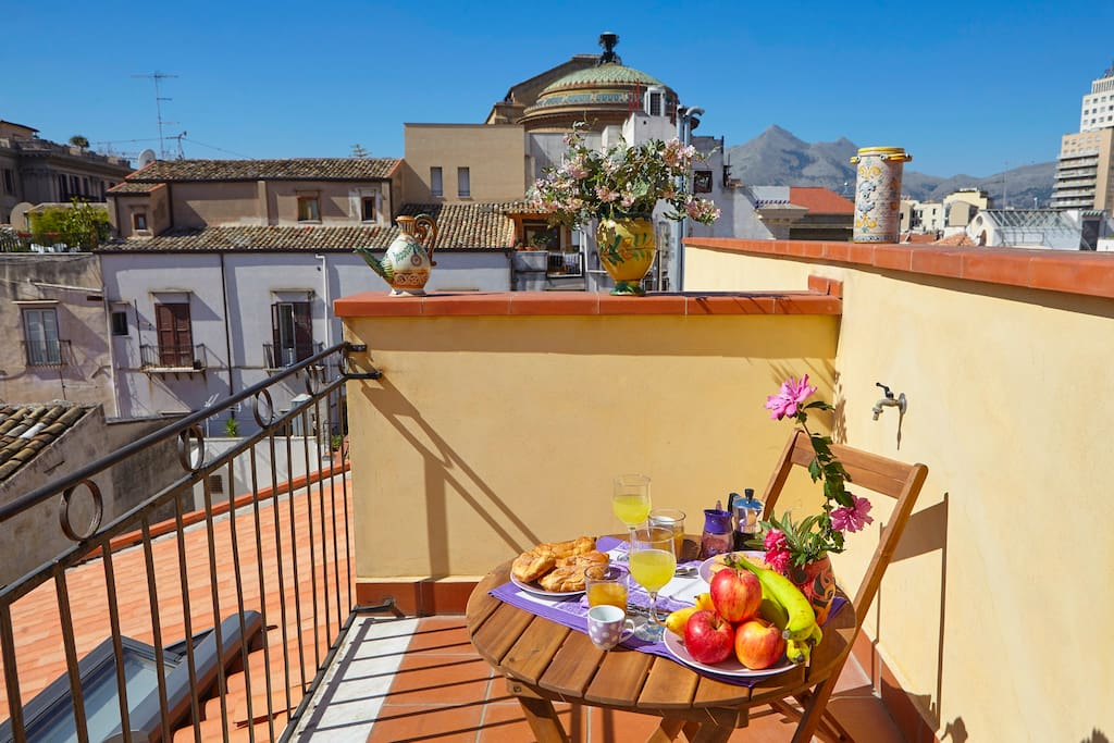 Breakfast with view on the Old town's roofs/Colazione con vista della città antica
