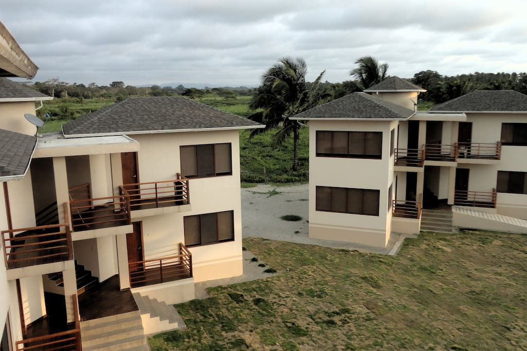 Otra vista de la fachada de la Villa donde están las habitaciones
