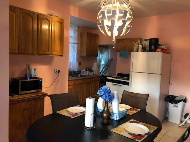 Small room for two in Newark close to ewr