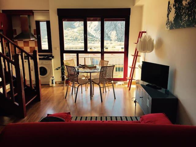 Cómodo loft duplex con vistas a la montaña