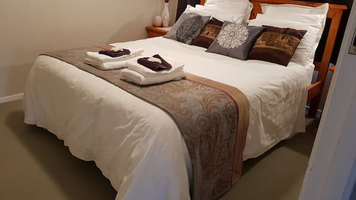 Manita's Airbnb - Fantail Room