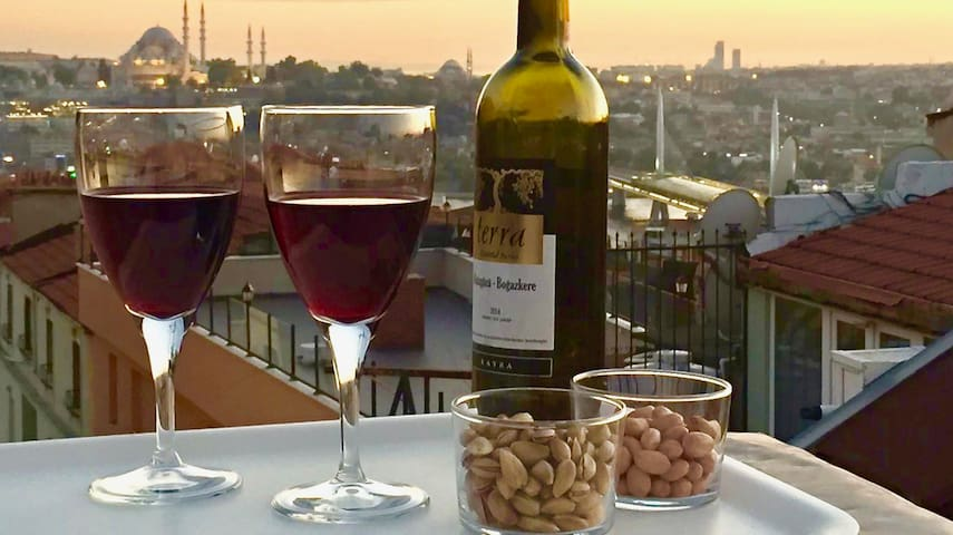 Cosy with frescoes, terrace views in Galata!