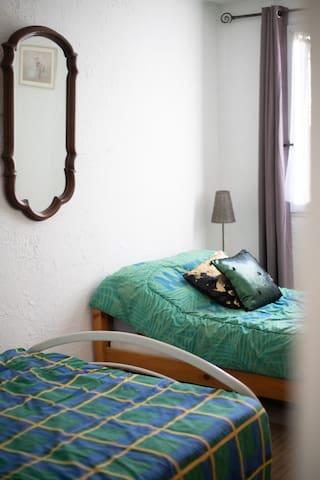 Chambre avec 1 lit double 120x200 cm et 1 lit 90x200 cm avec télévision.