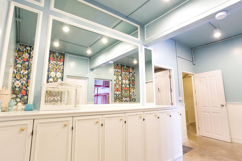 Female only, Floor with Female bathroom on the same floor, BIG Mirror